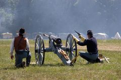 Kanone und Soldaten stockfotografie