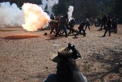 Kanoneböe mit Feuer und Rauche Stockbild