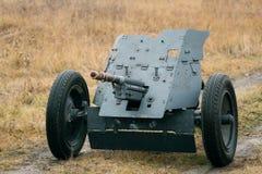 Kanonen för Pak-36 Wehrmacht gå i skaror världskrig II royaltyfria bilder