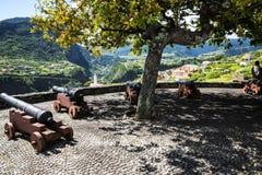 Kanonen am Standpunkt über Faial und dem  Penha de à guia oder Adlerfelsen, Madeira, Portugal Lizenzfreie Stockbilder