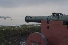 Kanonenrohr blickt in Richtung des Meeres Stockfotos