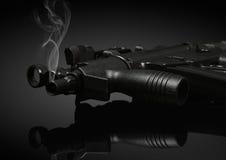 Kanonenrohr mit Rauche Stockfoto