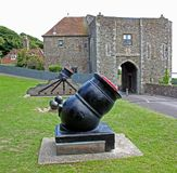 Kanoner med Canon bollar på Dover Castle, Kent, England Arkivfoto
