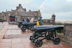 Kanoner på Edinburgslotten royaltyfri bild
