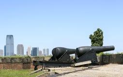 Kanoner på fortnötskrikan på regulatorön i den New York hamnen Arkivbilder