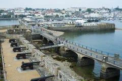 Kanoner på helgonet Peter Port, Guernsey Arkivfoto
