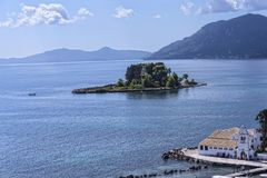 Kanoni, l'église de Panagia Vlacherna et l'île de souris sur l'île grecque de Corfou Photos libres de droits