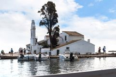 Kanoni, l'église de Panagia Vlacherna et l'île de souris sur l'île grecque de Corfou Image libre de droits