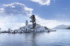 Kanoni, l'église de Panagia Vlacherna et l'île de souris sur l'île grecque de Corfou Images stock