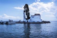 Kanoni, l'église de Panagia Vlacherna et l'île de souris sur l'île grecque de Corfou Image stock