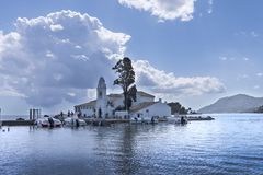 Kanoni, l'église de Panagia Vlacherna et l'île de souris sur l'île grecque de Corfou Images libres de droits