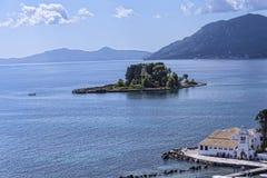 Kanoni, la iglesia de Panagia Vlacherna y la isla del ratón en la isla griega de Corfú Fotos de archivo libres de regalías
