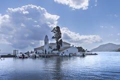 Kanoni, la iglesia de Panagia Vlacherna y la isla del ratón en la isla griega de Corfú Imágenes de archivo libres de regalías