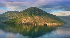 Kanonisk sikt i den Kotor fjärden, Montenegro arkivfoto