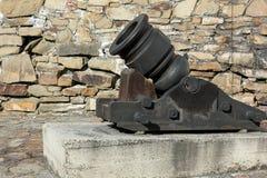 Kanonmortel nära stenväggen i fästningen Fotografering för Bildbyråer