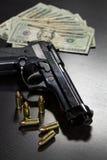 Kanonnen en geld stock foto's