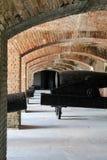 Kanonnen in fortbunker Stock Foto's