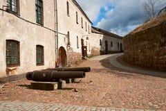 Kanonnen in het Kasteel van binnenplaatsvyborg stock afbeelding