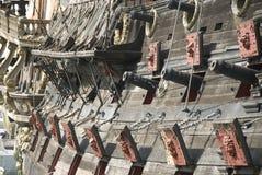 Kanonnen van een piraatschip stock foto's