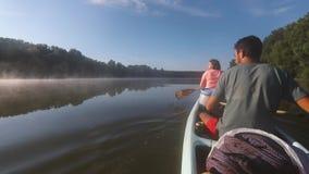 Kanoreis op een rivier stock footage