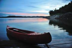 Kanot i morgonen. Fotografering för Bildbyråer