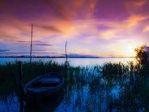 Kanot i solnedgång Arkivbild