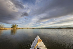 Kanot med en skovel på sjön Arkivfoton
