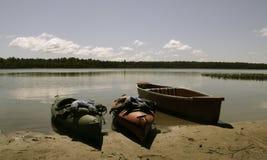 Kanot och kajak på sjön Arkivfoto