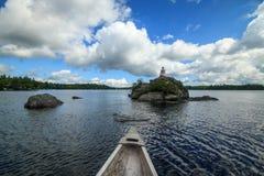 Kanot och ljust hus på den kanadensiska sjön. Royaltyfria Foton