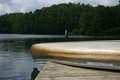 Kanot på fartygskeppsdocka Arkivfoto
