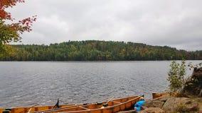 Kanot på gränsvatten sjön arkivfoto