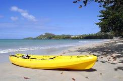 Kanot på kungsfiskarestranden i Saint Lucia Arkivbilder