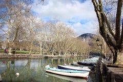 Kanota fartyg förutom ` Annecy för sjöAnnecy gummilacka D Royaltyfri Foto