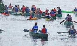Kanota Kayaking ner floden Bann Irland royaltyfri foto