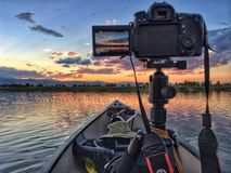Kanota och fotografera solnedgången på den Lagerman behållaren Arkivbild