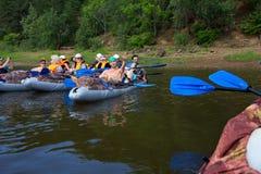 Kanota på den Kama floden, Doksha område, Ryssland - 07 06 2014: Ledare Royaltyfri Fotografi
