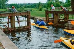 Kanota tur som kayaking på floden, Augustow kanal Vitryssland, Polen, Augusti 2017 royaltyfria bilder