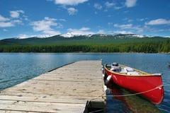 Kanotanslutning på Maligne laken, Alberta Royaltyfria Foton