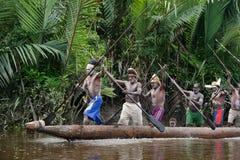 Kanoten kriger ceremoni av Asmat folk.   Fotografering för Bildbyråer