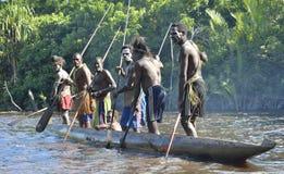 Kanoten kriger ceremoni av Asmat folk Huvudjägare av en stam av Asmat i en maskering med en nolla Royaltyfri Bild