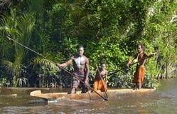 Kanoten kriger ceremoni av Asmat folk Huvudjägare av en stam av Asmat i en maskering med en nolla Royaltyfria Bilder