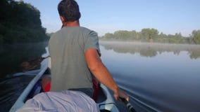 Kanoten turnerar på en flod stock video