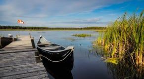 Kanoten väntar på en utflykt på sjön arkivfoton