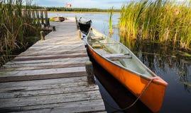 Kanoten väntar på en utflykt på sjön royaltyfria bilder