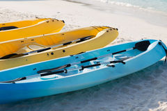 Kanoter eller kajaker på den sandiga stranden arkivbilder