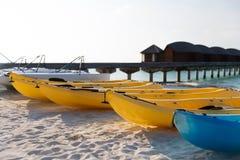 Kanoter eller kajaker som förtöjer på den sandiga stranden arkivbild