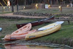 Kanoter nära sjön med att gå banan royaltyfria foton