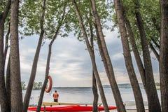 Kanoter och kajaker på sjön royaltyfria bilder