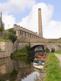 Kanoter på den 200 år berömmen av den Leeds Liverpool kanalen på Burnley Lancashire Royaltyfri Fotografi