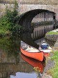 Kanoter på den 200 år berömmen av den Leeds Liverpool kanalen på Burnley Lancashire Arkivbild